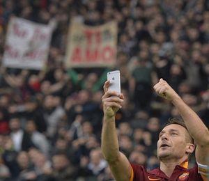 Kala Pangeran Roma Rayakan Gol dengan Selfie Bareng Suporter
