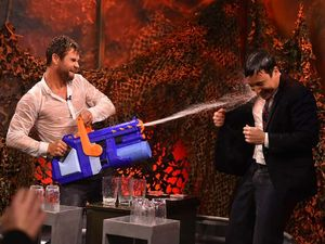 Byuurrr... Serunya Basah-basahan Bareng Chris Hemsworth