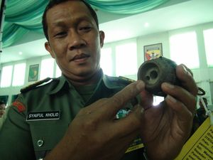 TNI Amankan 6 Senpi dan 5 Granat Sisa Konfrontasi Malaysia-RI di Kalbar