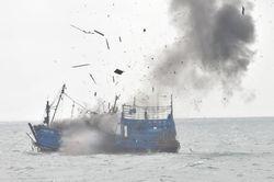 Ini Penampakan Penghancuran Kapal Ilegal di Perairan Batam oleh Menteri Susi
