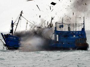 Kapal Ilegal KM Laut Natuna 28 Ditenggelamkan