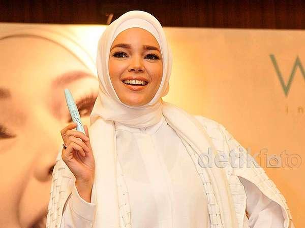 Cantik dan Stylish Serba Putih ala Dewi Sandra