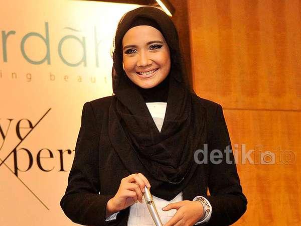 Manisnya Senyuman Zaskia Sungkar