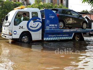 Truk Gendong Mobil Kebanjiran