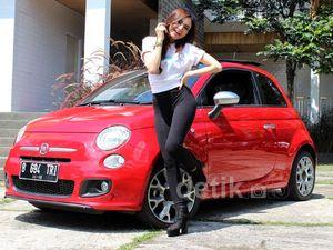 Si Cantik Neng Loni dan Mobilnya