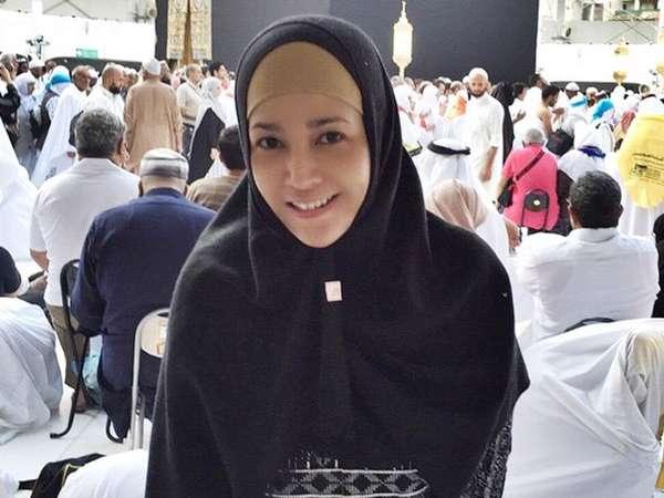 Cantiknya Maia Estianty Berhijab di Mekkah