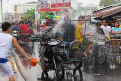 Surprise! Kab Meranti Punya Tradisi Perang Air Lebih Heboh dari Thailand