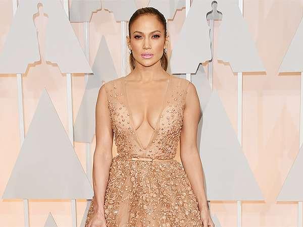 Jennifer Lopez Seksi Dibalut Gaun Berbelahan Dada Rendah di Oscar