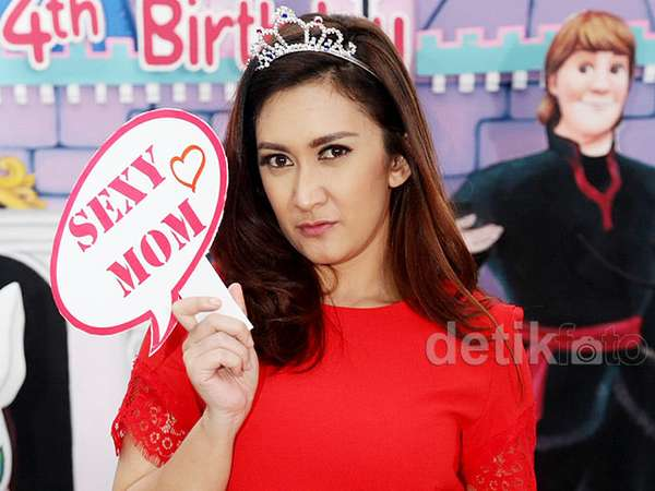 Sexy Mom... Nafa Urbach Dibalut Dress Merah Menyala