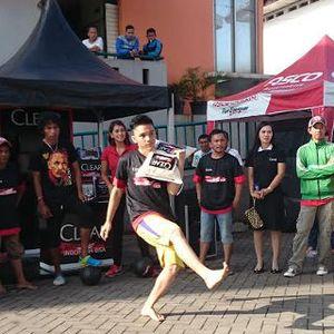 Street Soccer Challenge bersama CLEAR: Giring Bola Sambil Pikul Karung Beras