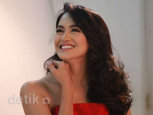 Hot Single Parent.. Ririn Ekawati Cantik Bergaun Merah
