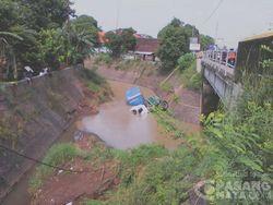 Hindari Motor, Truk Kontainer ini Jatuh dari Jembatan Lalu Nyebur ke Sungai