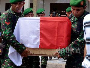 2 Anggota TNI Korban Penembakan Dimakamkan