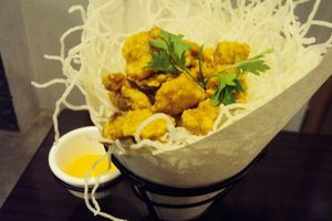 Ngopi Sambil Ngemil Chicken Popcorn di Kafe Bernuansa Industrial