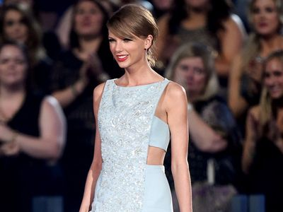 Pretty in Blue! Taylor Swift Bikin Pria Terpesona di ACM Awards
