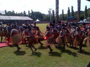 Aksi Panglima TNI, KSAD, dan Danjen Kopassus Menari Bersama Suku Papua