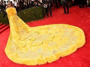 Berjubah Raksasa, Rihanna Bak Ratu Kerajaan di Met Gala 2015