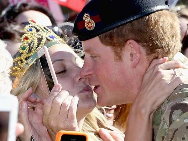 Bibir Pangeran Harry Nyaris Dicium Fans di Australia, Ini Fotonya!