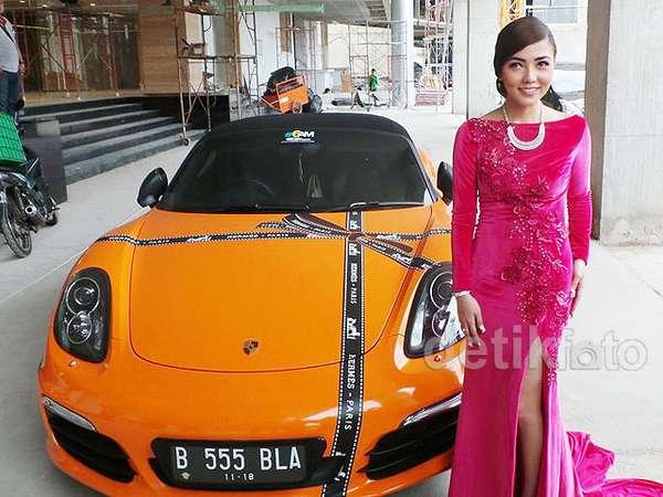 Seksi Dibalut Gaun Ivan Gunawan, Bella Shofie Berpose di Porsche