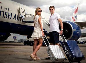 Pesepakbola Steven Gerrard Bergaya Ala Turis Untuk Promosi Pesawat