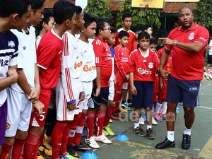 Legenda Liverpool Beri Coaching Clinic Siswa SMPN 85