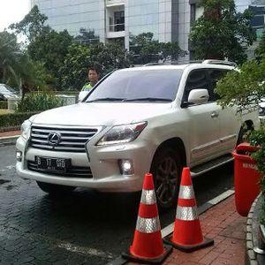 Naik Lexus, Prabowo Datangi Kantor Rini Soemarno