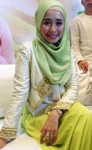 Foto: Penampilan Laudya Cynthia Bella dengan Kreasi Jilbab Hijau