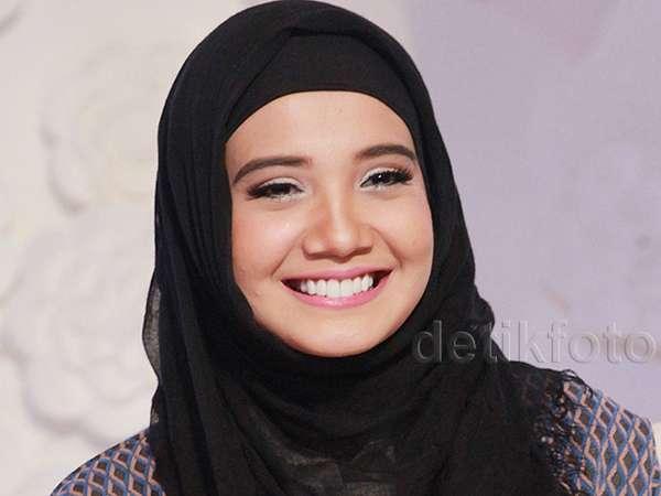 Zaskia Sungkar Tebar Senyuman Manis