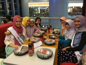 8 Finalis Sunsilk Hijab Hunt Hibur Anak Yatim di Lotte Shopping Avenue