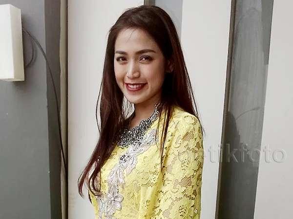Jessica Iskandar Cantik Berkaftan Kuning