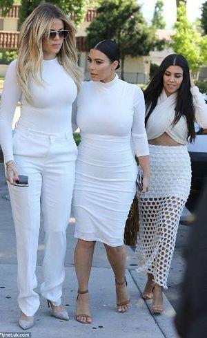 Diselingkuhi, Kourtney Kardashian Larang Scott Disick Masuk Rumah