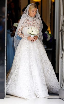 Dinikahi Keturunan Rothschild, Gaun Nicky Hilton Terlindas Ban Mobil