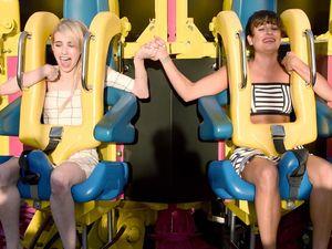 Serunya Lea Michele dan Emma Roberts Naik Wahana Drop-Ride