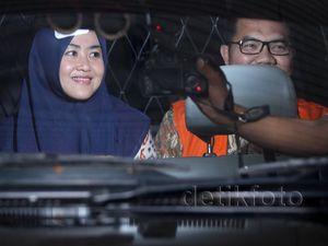 Bupati Empat Lawang dan Istri Umbar Senyuman di KPK