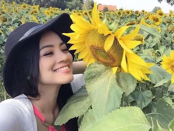 Pretty Mom... Titi Kamal di Antara Bunga-bunga Matahari