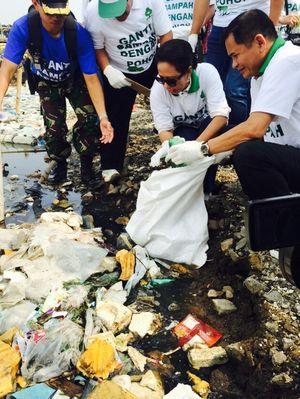 Ini Gaya Rini Soemarno Punguti Sampah di Muara Angke