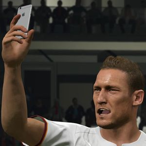 Cheese! Totti Selfie Pakai iPhone 6 di PES 2016