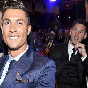 Kena! Photobomb Messi ke Ronaldo