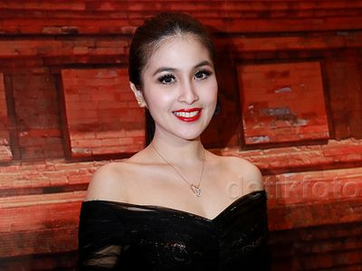So Elegant... Sandra Dewi Cantik Memesona Berbatik Kudus