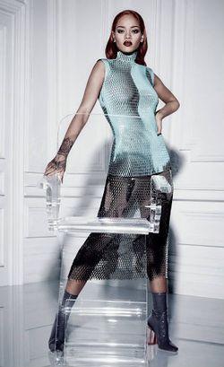 Jadi Model Dior, Rihanna Tampil High-Fashion dengan Baju Transparan