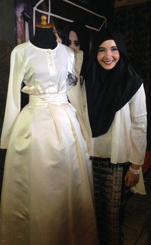 Detail Busana Muslim Betawi yang Akan Dipamerkan Zaskia Sungkar di Inggris