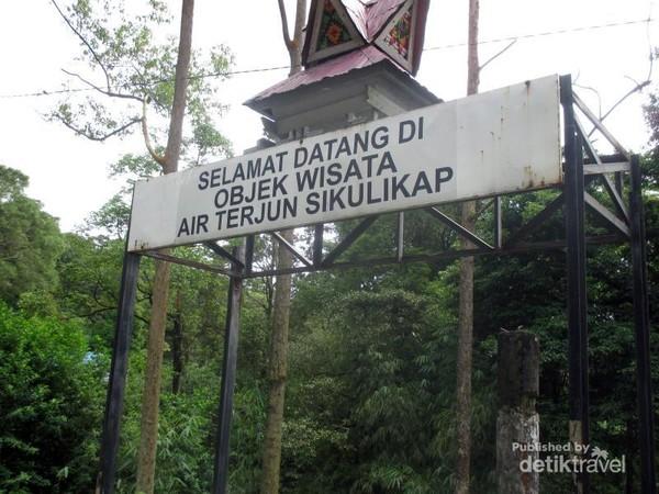 Gapura selamat datang di objek wisata Air Terjun Sikulikap