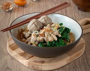 Mencicip Mie Yamin Pedas Hingga Nasi Rames di Roemah Kuliner