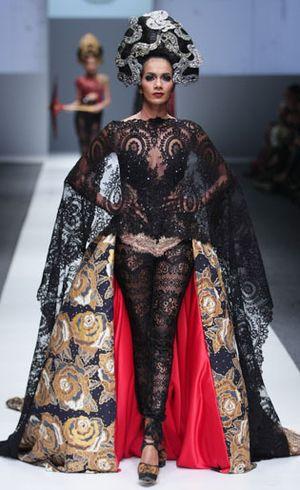 Kuno dalam Kini, Anne Avantie Padukan Kebaya Modern dan Celana Transparan