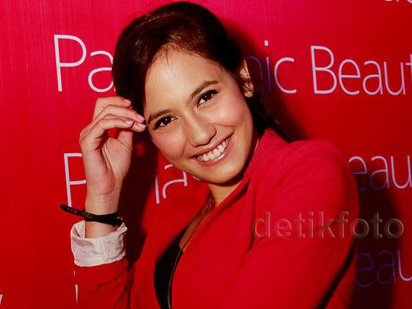 Pretty in Red! Pevita Pearce Tampil Chic
