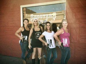 Ngeri! Para Pelayan di Restoran Amerika Ini Pegang Pistol