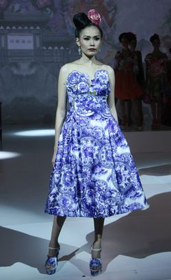 Gaun Batik Pekalongan dalam Nuansa Oriental Karya Sutanto Danuwidjaja