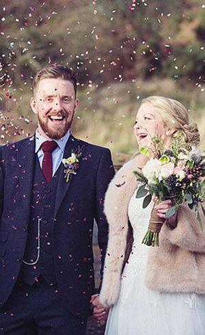 Badai di Hari Pernikahan, Pasangan Ini Buat Foto Romantis di Tengah Banjir