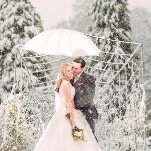 Keren! Potret Pernikahan di Tengah Hujan Salju