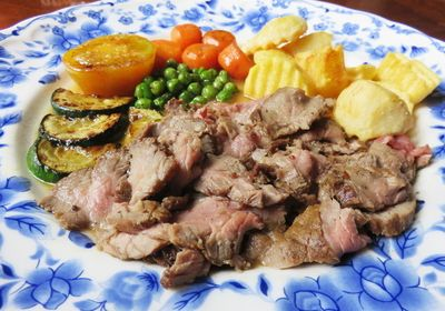 Lezatnya Dutch Steak dan Poffertjes Lembut Buatan Dijans